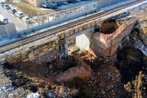 Demolice mostu na trati z Brna do Zastávky u Brna. Foto: Skanska