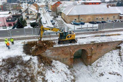 Demolices starého cihelného mostu v Ostopovicích. Foto: Skanska