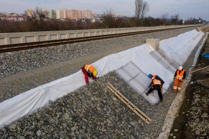 Přitížení nově zbudovaného náspu nové zastávky Starý Lískovec. Foto: Skanska