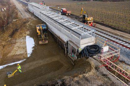 Rampa nového podchodu s přípravou zastřešení a terénní úpravy pro tubus podchodu v nové zastávce Starý Lískovec. Foto: Skanska