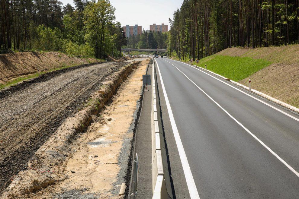 Přestavba silnice I/27 u Plzně na čtyřpruh. Pramen: ŘSD