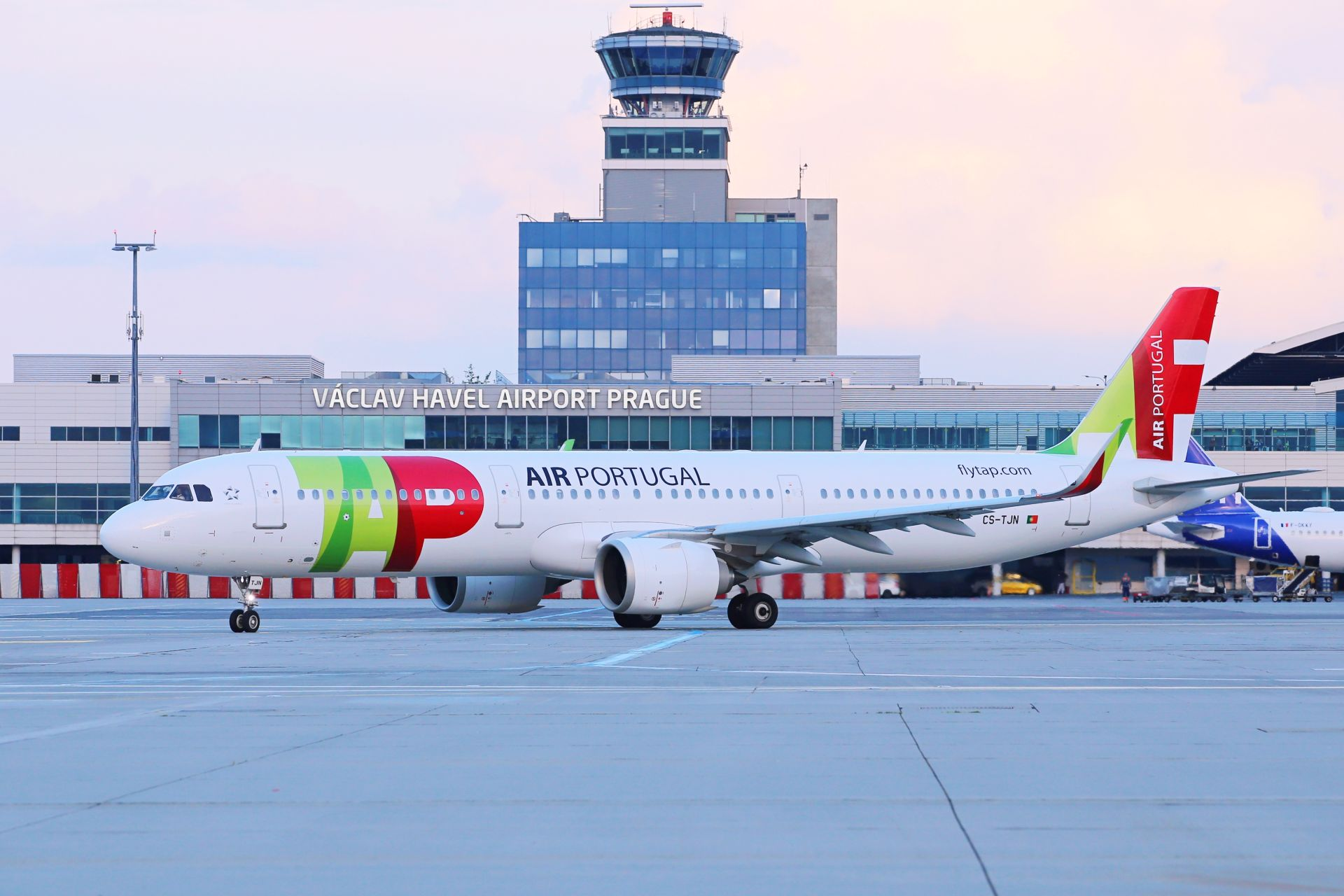 Letadlo TAP Air Portugal v Praze. Pramen: Letiště Praha