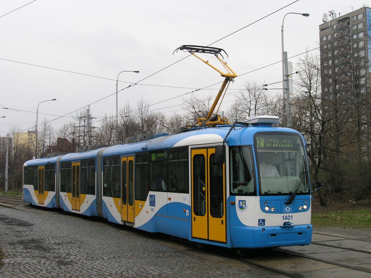 Tramvaj Vario LF3 v Rodinné ulici v Ostravě. Foto: Michal Chrást