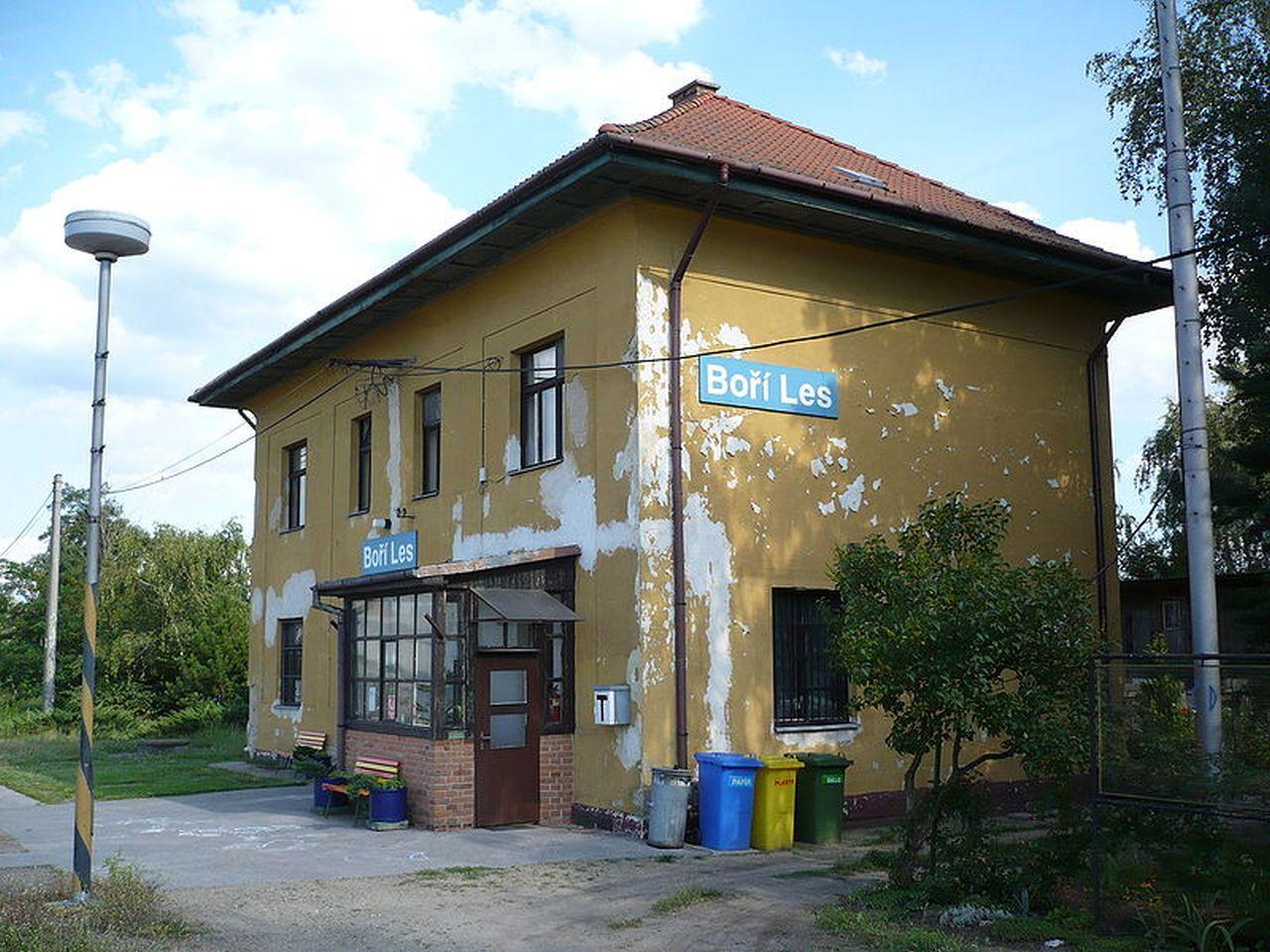 Výpravní budova Boří les. Foto: Jan Suchý / Wikimedia Commons
