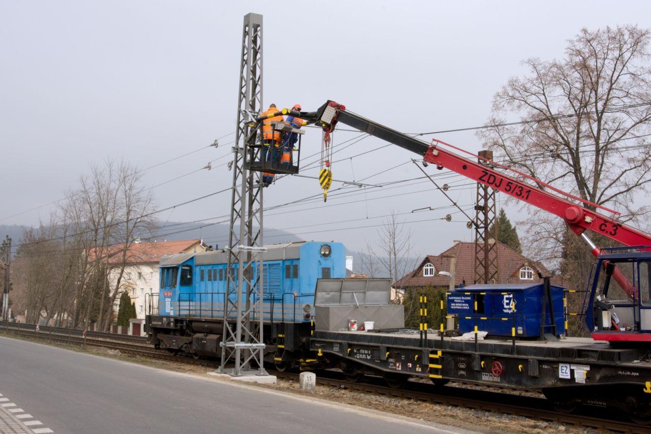 Výměna kotevního stožáru v Černošicích. Foto: Správa železnic