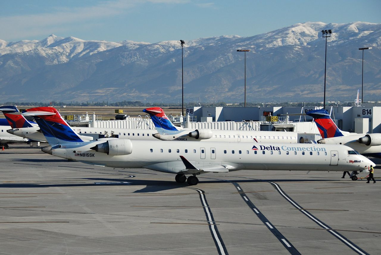 Letadla Bombardier CRJ900 v Salt Lake City v barvách Delta Air Lines a Skywest Airlines. Foto: Aero Icarus /Flickr.com