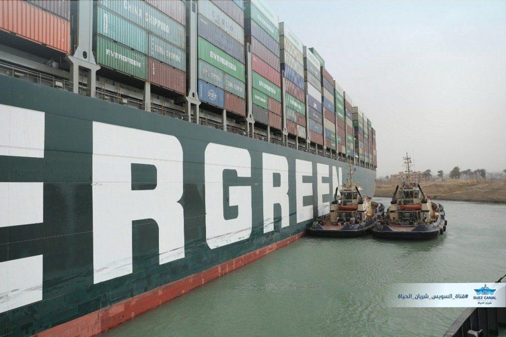 Pokusy o vyproštění lodi Ever Given. Foto: Suez Canal Authority