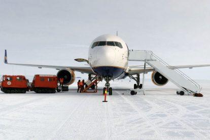 Přistání Boeing 767-300ER v Antarktidě. Foto: Sven Lidström, Norsk Polarinstitutt