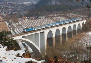 Rychlík na viaduktu v Dolních Loučkách na trati z Havlíčkova Brodu do Brna. Foto: Michal Málek / České dráhy