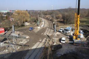 Zdvokolejnění trati ve směru od Vršovic do Malešic v rámci probíhající modernizace úseku Hostivař - Vršovice. (foceno zde: https://mapy.cz/zakladni?x=14.5160899&y=50.0659242&z=16&source=coor&id=14.5167341624%2C50.0613517316). Foto: Pražská integrovaná doprava