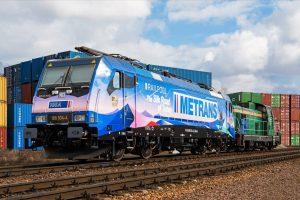 Lokomotiva Bombardier TRAXX F140 MS ve speciálním polepu upozorňující na 10 let spolupráce společností Metrans a Railpool. Foto: Piotr Radomski / Zdopravy.cz