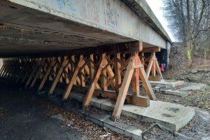 Zchátralý most na D10 ve Staré Boleslavi. Pramen: ŘSD