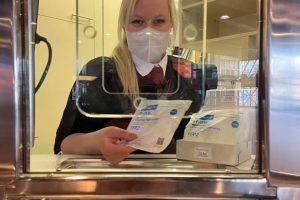 Prodej respirátorů na přepážkách DPP. Foto: DPP
