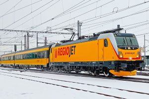 Lokomotiva Bombardier TRAXX MS3 v barvách RegioJetu. Foto: RegioJet