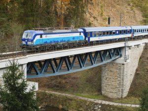 Lokomotiva Siemens Vectron v čele vlaku z Plzně do Chebu. Foto: České dráhy