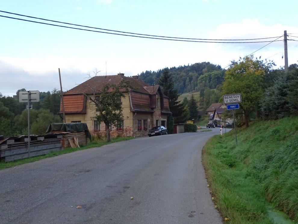 Silnice II/292 v Benešově u Semil v roce 2015. Foto: ŠJů / Wikimedia Commons