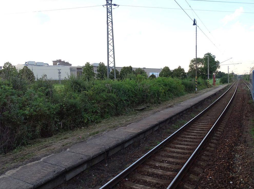Původní zastávka Dýšina, ještě s trolejí. Autor: ŠJů, Wikimedia Commons, CC BY 4.0, https://commons.wikimedia.org/w/index.php?curid=51288364