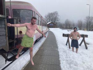 Cestující saunového vozu využili ke zchlazení sníh v Jeseníkách. Pramen: Gepard Express/Albert Fikáček