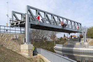 Nový zdvižný železniční most v Lužci nad Vltavou. Pramen: ŘVC
