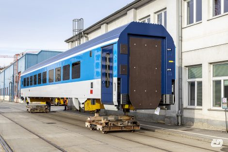 Vagon pro České dráhy se stěhuje z Vídně do Ostravy. Pramen: ČD