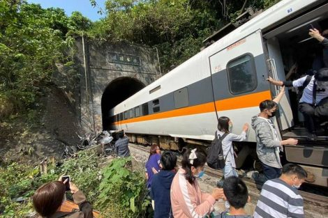 Vykolejení vlaku na Tchaj-wanu. Foto: https://twitter.com/W0lverineupdate