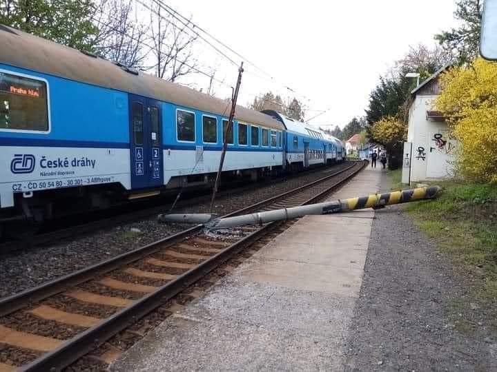 Spadlý sloup trakčního vedení v Černošicích. Foto: Město Černošice