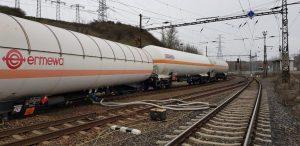 Odčerpávání propan-butanu z vykolejených vozů. Foto: Správa železnic
