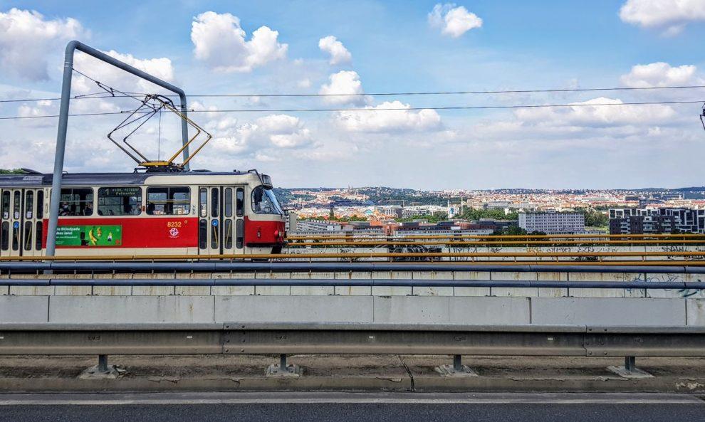 Tramvaj na estakádě mezi Krejcárkem a Palmovkou. Foto: Jan Sůra / Zdopravy.cz