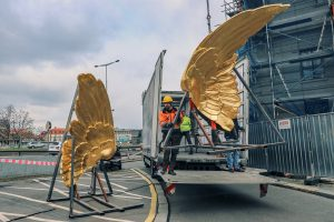 Osazování křídel na Fantovu budovu. Pramen: Správa železnic