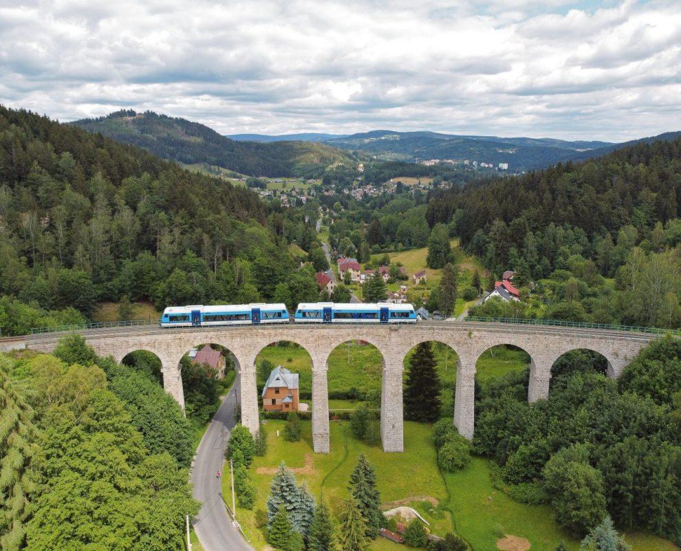 Motorové vozy Stadler RS1 na viaduktu ve Smržovce na trati Liberec - Tanvald. Foto: České dráhy