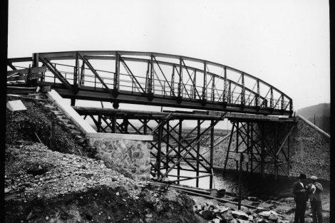Stavba železničního mostu na Císařský ostrov začátkem 20. století. Pramen: ŘVC