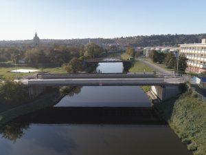 Vpředu silniční most ÚČOV, vzadu historický most polní drážky. Pramen: ŘVC