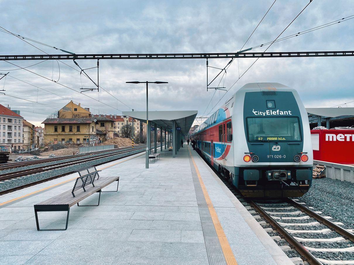 Nové 4. nástupiště na nádraží Vršovice bylo postaveno pro městskou a příměstskou dopravu. Pramen: ROPID