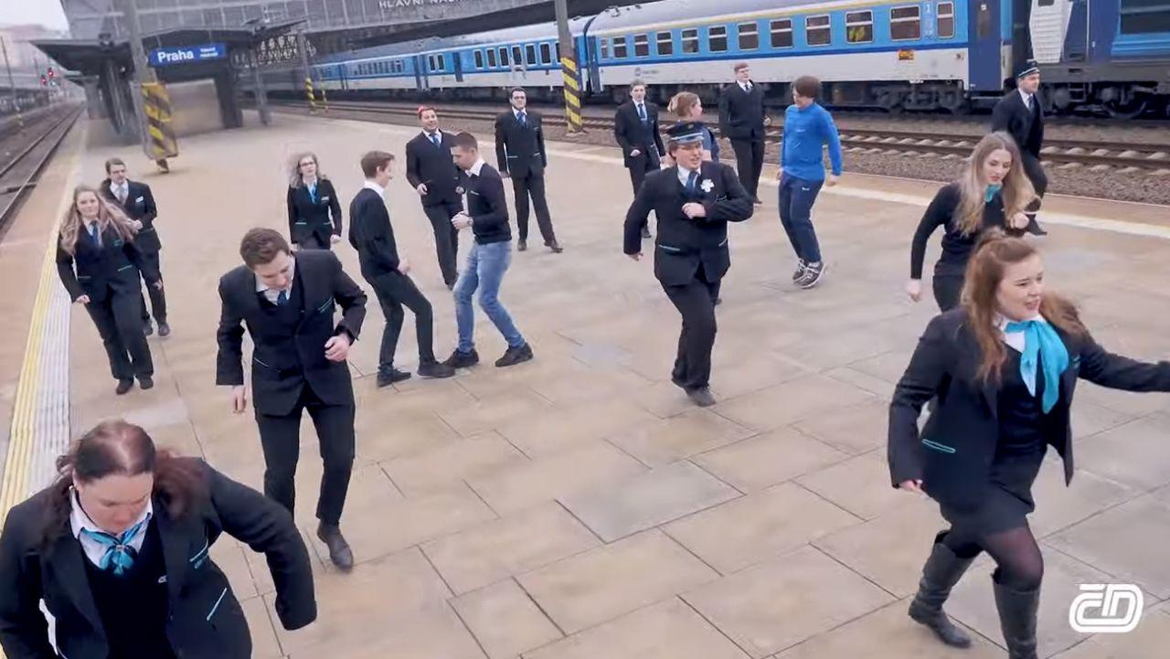 Záběry z klipu zaměstnanců Českých drah Zapusalema. Foto: ČD / YouTube