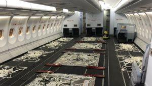 Proměněná paluba pro cestující u Airbusu 330-300 na přepravu nákladu. Foto: Lufthansa Technik