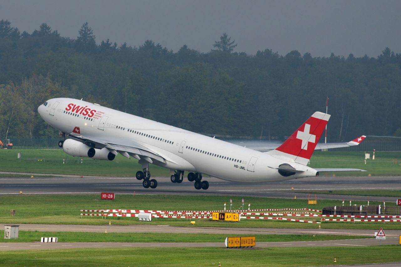 Airbus A340-300 v barvách Swiss startuje z Curychu. Foto: BriYYZ / Flickr.com