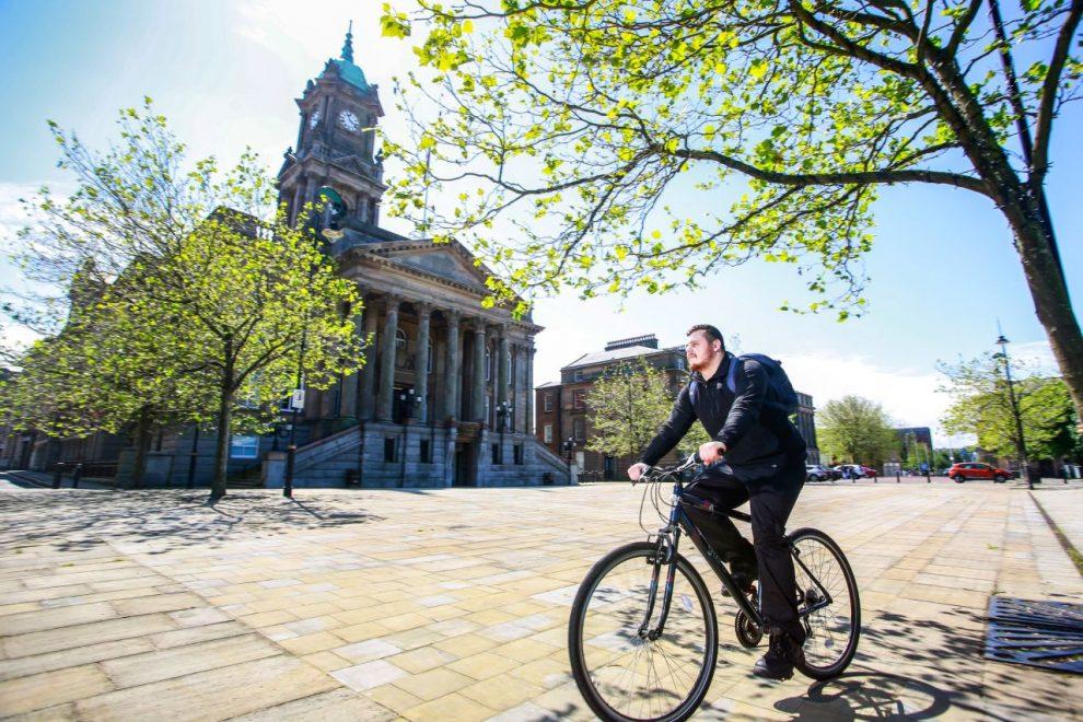 Cyklista v Liverpoolu. Foto: Mersey Travel