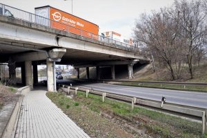 Most na D5 přes Plzeňskou ulici v Chrášťanech. Foto: ŘSD