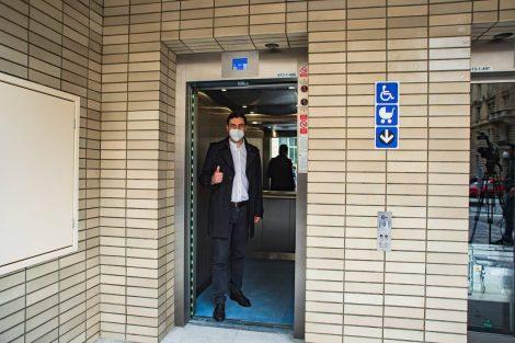 Adam Scheinherr v novém výtahu do stanice Karlovo náměstí. Pramen: FB Adama Scheinherra