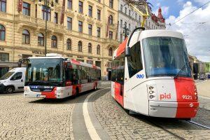 Tramvaj 14T a autobus SOR NB 12 v nových barvách PID. Autor: DPP/Daniel Šabík
