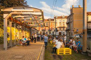 Park s promenádou na tramvajové trati v Turíně. Pramen: Torino Stratosferica