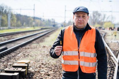 Zdeněk Hadaš z VUT se senzorem zachycujícím vibrace na kolejnici. Foto: Jan Prokopius