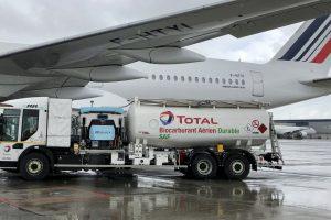 Plnění Airbusu A350-900 Air France speciálním palivem. Foto: AF