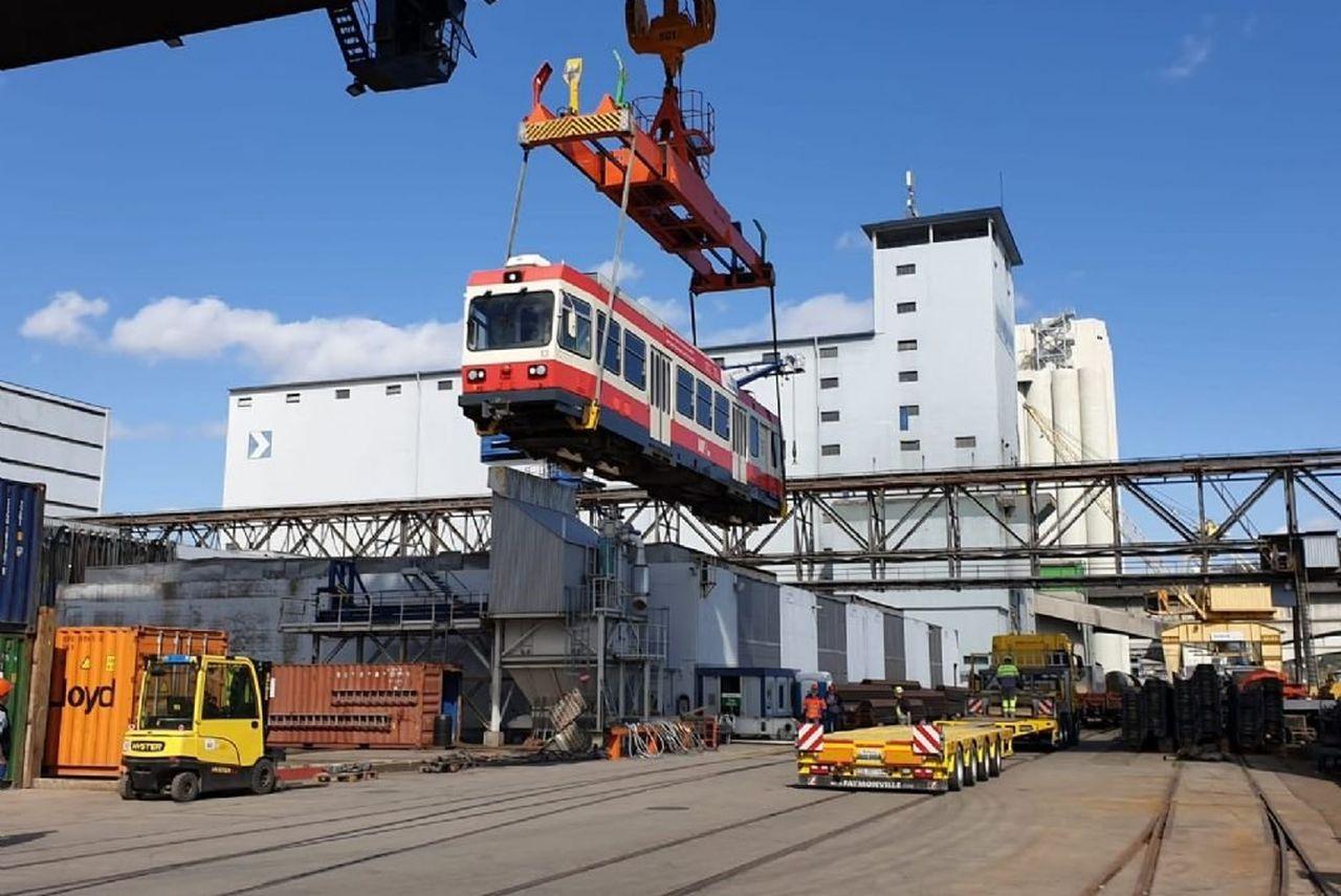 Nakládka vozů z Waldenburgerbahn pro přepravu na Slovensko. Foto: Čiernohronská železnice.