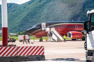 Boeing 737-500 s českými fotbalisty společnosti KlasJet přistál v Bolzanu. Foto: Simone Femia / Bolzano Airport FB