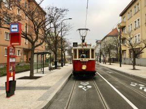 Historická tramvaj v ulicích Prahy. Pramen: Archiv DPP