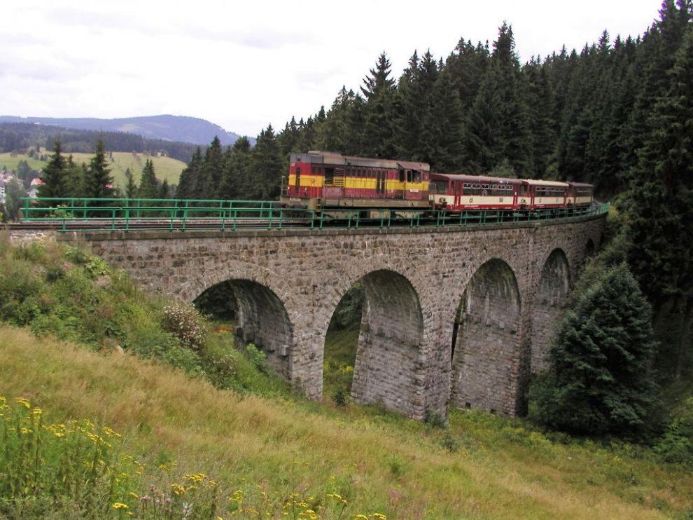 Vlak na trati mezi Nejdkem a Potůčky (ilustrační foto, tato souprava zde již nejezdí). Foto: Nejdek.cz