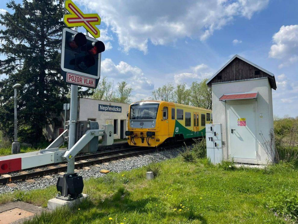 Železniční přejezd s jednotkou 814 Regionova u zastávky Nepřevázka na trati Nymburk - Mladá Boleslav. Foto: Petra Škarková