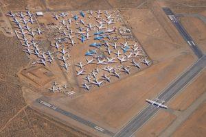 Letoun Stratolaunch na ranveji letiště v Mohavské poušti. Jeho velikost dobře vyniká v porovnání s odstavenými letadly. Foto: Stratolaunch