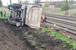 Nehoda nákladního automobilu u České Třebové, při které došlo k vysypání kameniva na kolejiště. Foto: Drážní inspekce